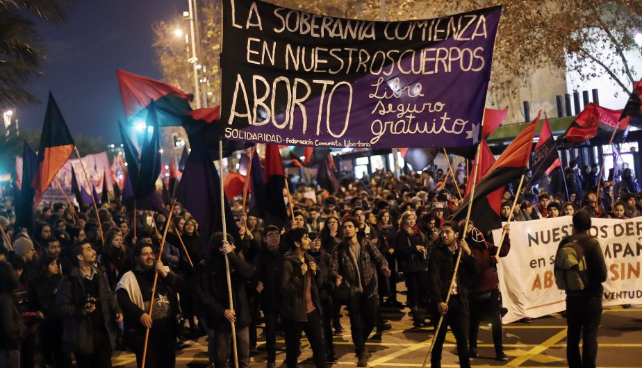 """CH10. SANTIAGO (CHILE), 25/07/2016.- Cientos de mujeres marchan hoy, lunes 25 de julio de 2016 ,por las principales calles de Santiago (Chile), """"por un aborto libre, seguro y gratuito"""", una movilización que se realiza ininterrumpidamente desde el año 2013, informaron las organizadores. EFE/MARIO RUIZ"""
